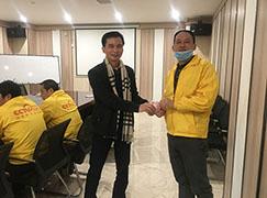 香港汉邦板材董事长为生态板负责人符班长颁发6S管理奖