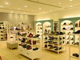 琳瑯滿目的鞋子,鞋子展柜的陳列圖片
