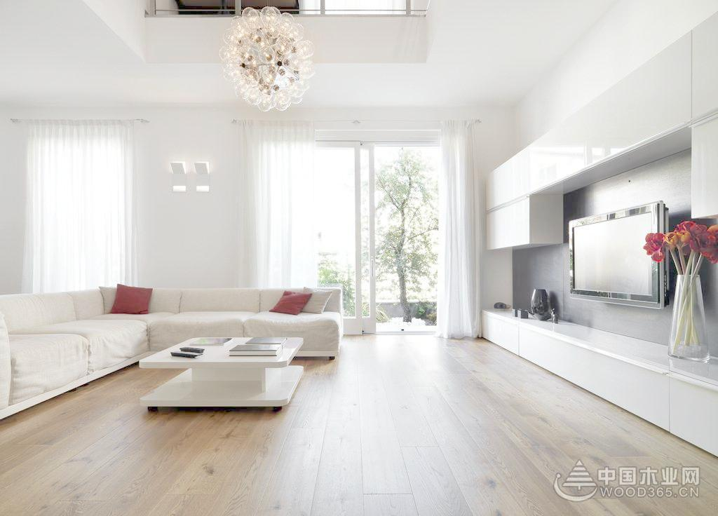 近年来浅色木地板更多的是受到年轻消费者的青睐,并成为家装行业中的一种新的流行趋势。那么浅色木地板在家居装修时,搭配得好,会得到事半功倍的效果,但是如果处理得不好,就会显得不伦不类的,十分的难看。那么想要使用浅色木地板装修设计到底应该注意哪些搭配的技巧呢?今天环保板材雪宝板材小编就为大家一一的列举出来。 一.