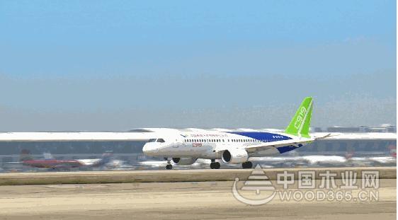 久梦缘和国人一道祝贺中国C919客机首飞成功