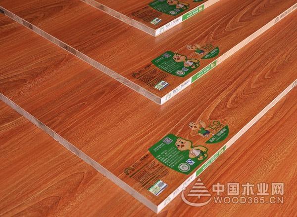 1、不同档次,板材也是不同的 一般是看样板的切面,从切面看,细木工板是上下两层或四层单板(也有加厚的使用四层以上的单板)紧贴实木板芯,质量好的细木工板那板芯切面平整,没有缝隙;密度板由细小的纤维压制而成,结合的比较紧密,重量比较大;刨花板是木质颗粒状结构,但结合的不够紧密,重量较轻,质量差的甚至可以看到有小的细孔;多层板是由多个单板胶合而成,一般为三层或五层。 2、认准环保板材 专业定制衣柜厂家选用的都是符合国家检测标准的环保板材,而有些厂家选用的则是一些无检测报告,对人体健康构成潜在威胁的劣质板材。所