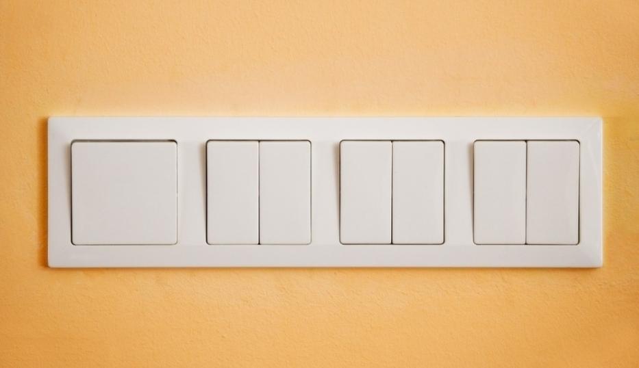 家里装修,开关是不可或缺的一环,开关要满足我们的日常生活使用。开关有单控和双控之分,对电工来说是简单的基础知识,但对于不懂的人则是一头雾水,这里我们简单的介绍下单控开关和双控开关的区别。   单控开关介绍   单控开关在家庭电路中是最常见的,也就是一个开关控制一件或多件电器,根据所联电器的数量又可以分为单控单联、单控双联、单控三联、单控四联等多种形式。   厨房使用单控单联的开关,一个开关控制一组照明灯光在客厅可能会安装三个射灯,那么可以用一个单控三联的开关来控制。单控开关以其方便快捷,大量运用在家