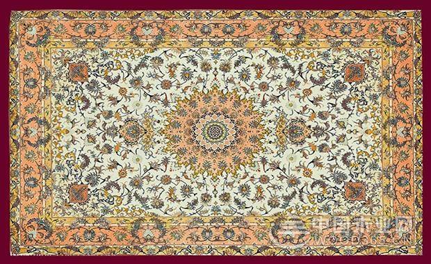 维吾尔族的地毯是具有悠久历史传统的手工艺品,它集绘画,编织,刺绣,印
