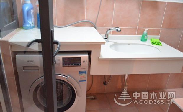 【全自动洗衣机不进水怎么办】   一、全自动洗衣机进水原理   全自动洗衣机在进行工作的时候主要是通过水位开关和电磁阀配合来控制进水、排水和电机的通断最终实现自动控制。在全自动洗衣机中它的电磁进水阀起到大作用是通断水源的作用,当电磁线圈断电的时候,它的移动铁芯在重力个弹簧力的作用下就会被紧紧的顶在橡胶膜片上,同时将膜片的中心小孔堵塞,阀门在关闭的时候它的水流不通。膜片中心小孔的流通能力大于膜片的两侧的小孔流通能力,因此在膜片的上方压强迅速的减小,同时在压力差的作用下它的闭门将被开启,水流被导通。   二