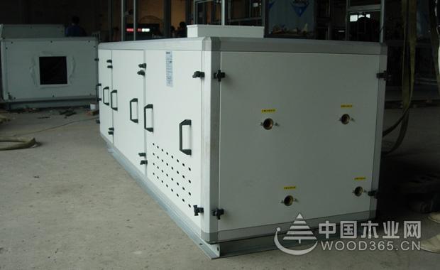 水冷式中央空调的原理   水冷式中央空调是一种依靠水把房间内的热量带走,或者是把外界的热量送给房间的空调系统。它除了具备日常的降温功能之外,还具有通风换气、除尘、除味等效果。   水冷式中央空调的原理:与一般空调一样,水冷式中央空调有四大部件,压缩机,冷凝器,节流装置,蒸发器,制冷剂依次在上述四大部件循环,压缩机出来的冷媒(制冷剂)高温高压的气体,流经冷凝器,降温降压,冷凝器通过冷却水系统将热量带到冷却塔排出,冷媒继续流动经过节流装置,成低温低压液体,流经蒸发器,吸热,再经压缩。在蒸发器的两端接有冷冻水