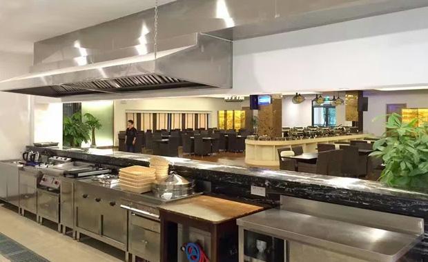 (1)合理的设备配备 有更为先进的酒店厨房设备设施,提高产品的质量与数量;酒店厨房设计技术科学合理,降低运行费用。设备选型应合理搭配,保证功能、工艺的需要。 (2)工作流程顺畅 要达到厨房员工之间协作密切、员工使用工具设备得心应手、工作流程顺畅,就需要在厨房规划设计中确保工作流程顺畅。
