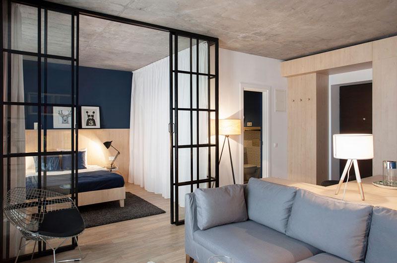 本案例是一套国外的小户型案例,屋主希望能够拥有独立的睡眠空间,并且要有一个安静阅读的地方。设计师以推拉式的格栅门作为卧房与公共区域的隔断,沙发后方为餐厅和工...
