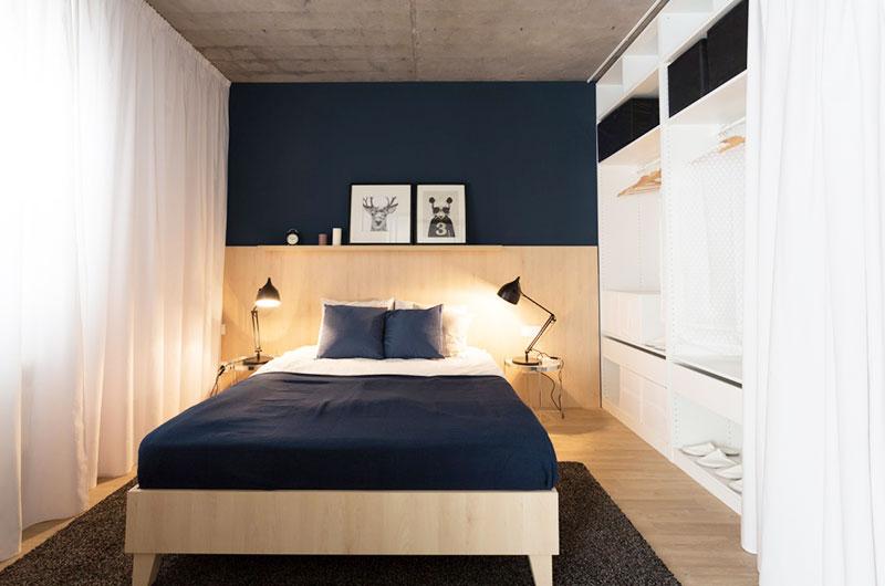 本案例是一套国外的小户型案例,屋主希望能够拥有独立的睡眠空间,并且要有一个安静阅读的地方。设计师以推拉式的格栅门作为卧房与公共区域的隔?#24076;?#27801;发后方为餐厅和工...