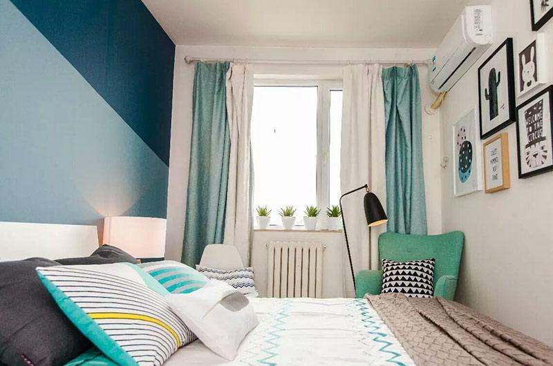 客厅应房主的要求尽量色彩活泼鲜艳,设计师选用了北欧风格并不常用的亮色系色彩,将这里打造成了一个活泼灵动的休息会客区。清新的绿植和丰富的色彩打破了白色空间的边界,为空间营造出一种清新舒适的视觉感受。