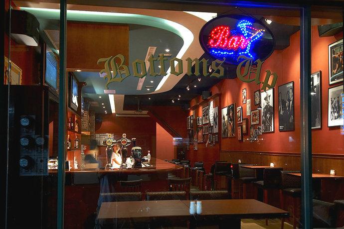 商业空间运动酒吧吧台橱窗装修效果图