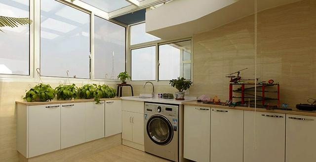 阳台也能改成厨房?不要疑问,是真的。现在很多业主为了美观、为了方便或为了节省空间,把阳台改造成了厨房。