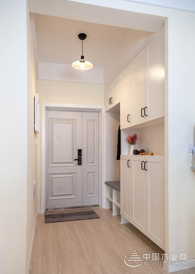 北欧风格的入户玄关鞋柜,枫木色的实木地板搭配象牙白色的鞋柜,整体的风格非常统一。鞋柜进门位置设计了一个开放式的榻榻米卡座,方便进出门更换衣物。