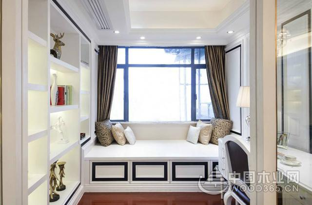 豪华欧式风格的榻榻米地台床卧室装修,白色的柜体加上黑色边框的装