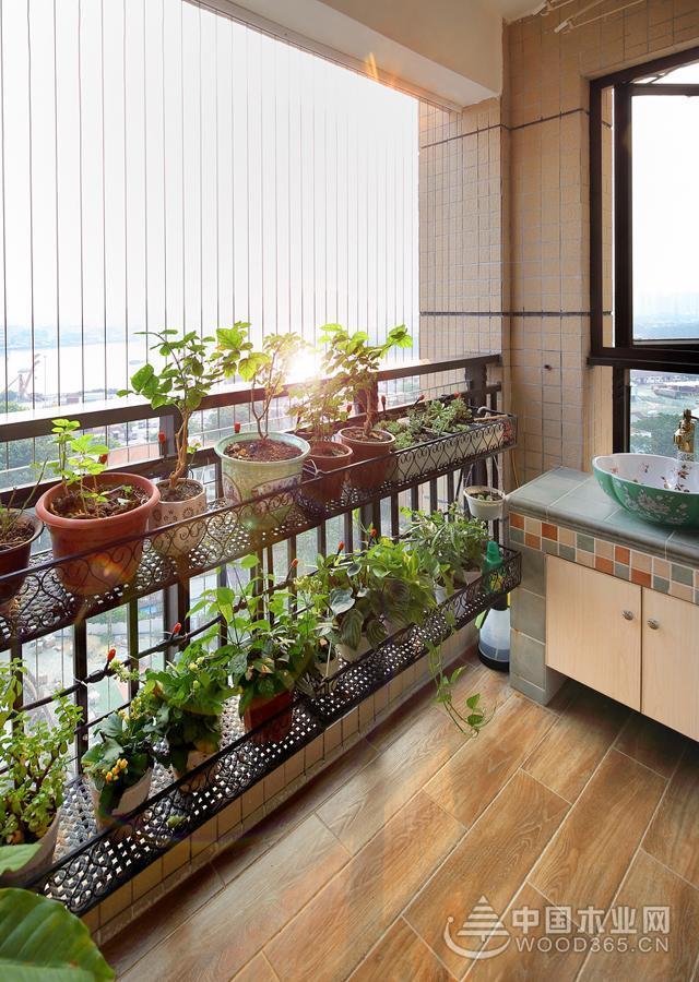 绿植需要阳光的照射,将落地窗的部分设计成欧式铁艺花架护栏,上面布满花盆,一侧位置设计成洗手盆,方便日常灌溉,阳台的顶棚安装了升降式的晾衣杆,还不影响日常晾晒。