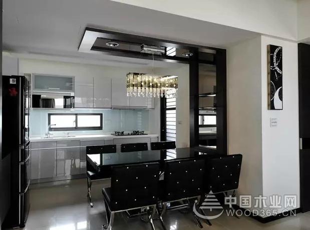 本案例為116平方現代簡約風格的三室兩廳,空間的主題色調為黑,白,灰相搭配,運用純碎的經典時尚色彩搭配出大方明朗的居住生活空間,黑色的電視背景墻,搭配沙發背景的開放式書房,盡顯時尚,開放式的書房與客廳相連,增加整個空間濃厚的文藝氣息。