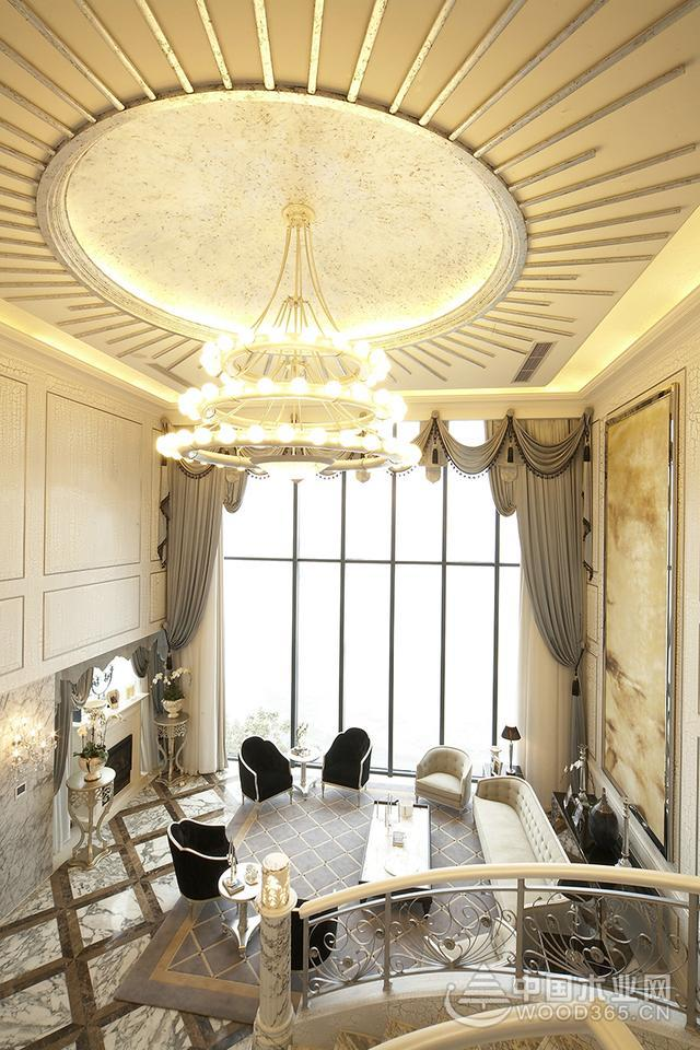 本案例为现代独栋别墅,内部装饰采用欧式风格,金色的典型欧式元素,搭配室内的水晶装扮点缀,使得整个空间金光闪闪,彰显奢华时尚的贵族生活品质。