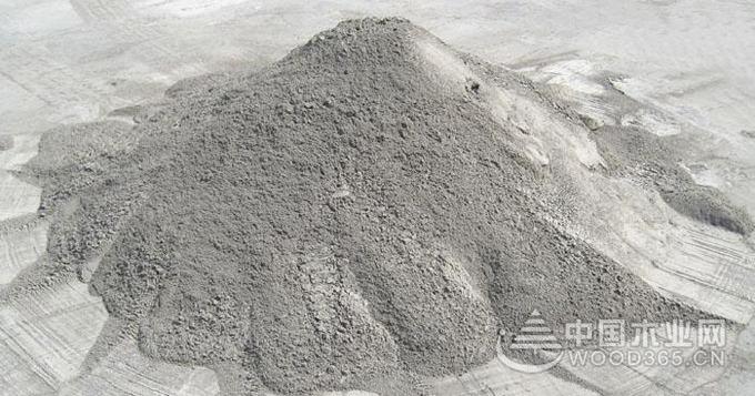 裝修水泥的選購技巧 1、看時間,看清水泥的生產日期。超過有效期30天的水泥性能有所下降。儲存三個月后的水泥其強度下降10%-20%,六個月后降低15%-30%,一年后降低25%-40%。優質水泥,6小時以上能夠凝固。超過12小時仍不能凝固的水泥質量不好。 2、看外觀,看水泥的紙袋包裝是否完好,標識是否完全。