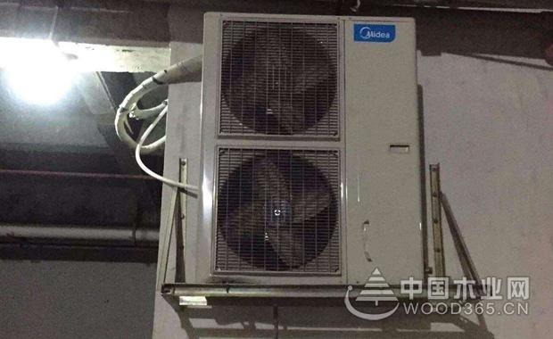 格力空调压缩机不启动解决方法:   1、在格力空调拆卸后进行格力空调内部压缩机上补充氟利昂,可以保证制冷剂的充裕。   2、在格力空调安装的时候,需要将空调的各个部件都安装齐全病=并且进行捡漏检查。   3、检查连接格力空调的电源导线有没有出现老化的现象,如有,进行更换即可。   4、在开启孔田之前,格力空调的安全锁需要解开,参照说明书上的解锁方式进行解锁。此外还需要对格力空调的所有位置检查,如有发现零件缺乏或者松动的情况即刻处理好。