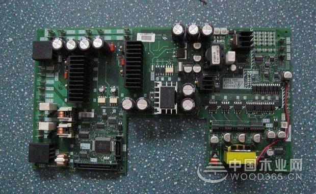 空调电路板电源电路检修方法   相对于这个空调电路板的电源电路故障来说,其主要的特征也就是保险管是没有问题的。我们可以使用万用表相应的交流挡来检测相应的变压器初级还有次级,查看它是不是220V和10-13V电压。如果是的话那么再检测一下7812与7805,看看它们是不是有12V和+5V电压。这样的话就能够区分相应的故障部位了。   空调电路板感温电路检修方法   对于这个热敏电阻来说,它是负温度系数相关的热敏电阻,也就是说温度越高,相应的电阻就会越小,但是温度越低的话,那么相应的电阻越大,当在25度