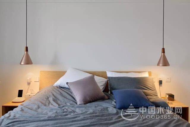 这套70几平的小房子,以日式原木风装修搭配,通过文艺清新的绿植与软饰搭配,打造出一个精致惬意的氛围。 客厅整体以自然简洁的空间氛围搭配,通过现代简约的空间,结合原木质感的配色,在舒适的软饰搭配下,呈现出一个惬意温馨的氛围;电视墙以原木质感的木饰板造型,两侧的门对称处理看起来也很简洁大气。