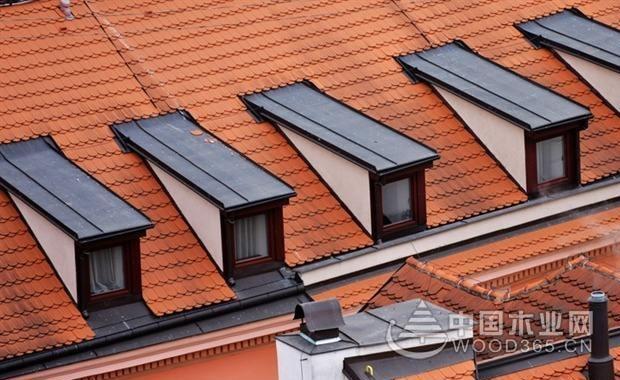老虎窗是开在房屋顶层的一种天窗,主要用于房顶上层通风透气和采光