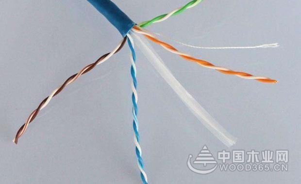 1,先用双绞线的专属网线钳(如果没有的话也可以用剪刀)将双绞线的一边剪成齐的。而且最好先量一下布线的长度,然后根据需求的长度去剪电线,剪完之后把剪齐的那一边插到到网线钳的缺口那边去,要谨记在剪的过程中不能让网线变得弯曲。 2,轻轻地握住压线钳,并且让它旋转一周,然后使用刀子的尖把双绞线的保护胶皮划开,然后把胶皮揭下来。如何你有专门的用来剥线的工具的话当然也可以用那些工具来给剥胶皮了。但是剥线的长度一般情况下要和水晶头的长度大同小异,而且如果太长了就显得不干净了,如果太短的话就不能全部使其进入水晶头的底部
