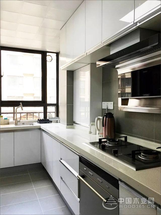 110平米三室两厅装修效果图,实用餐厅对称收纳柜