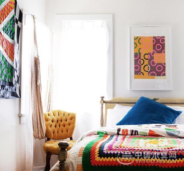 用色彩鲜艳的墙壁挂毯、地毯来装饰墙面