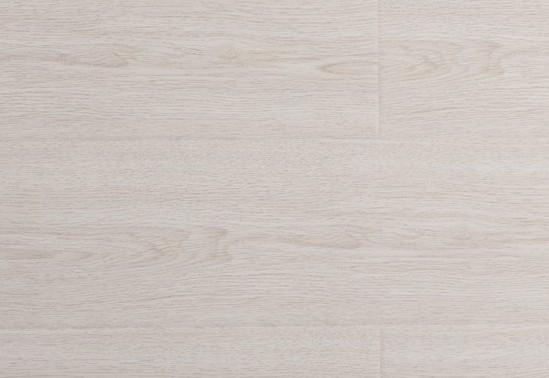 白橡木的优点:它的质地很紧致、手感很好,纹理比较自然、顺直。经久耐用,而且不易变形。 白橡木的缺点:干燥很缓慢,所以导致收缩率比较大,而且性能容易发生变化,非常不利于切割和割据。 白橡木主要的用途:家具、室内的建筑设计、木桥、酒桶等等。 2)红橡木