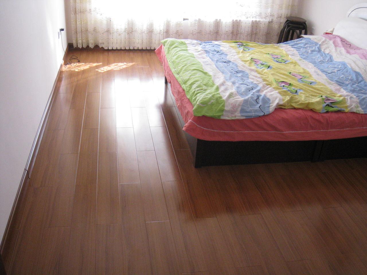深棕色木地板颜色比较适合田园复古风格的装修,咖啡棕色里流淌着浓浓的小资情调,在木地板的柔情里是甜美幸福的温情脉脉。推荐欧美乡村风格装修选用此类木地板颜色。 这个色系比较沉稳庄重,适合大空间,也比较符合咱们国家的审美。搭配的家具也应考虑与之相配的颜色,如浅色系里的米色,卡其色,米黄色,亚麻本色;深色系里的咖色,黑色,灰色。