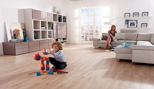 地板起拱,长霉斑,出现裂缝等现象,都是因为在房屋装修时,没有选好地板