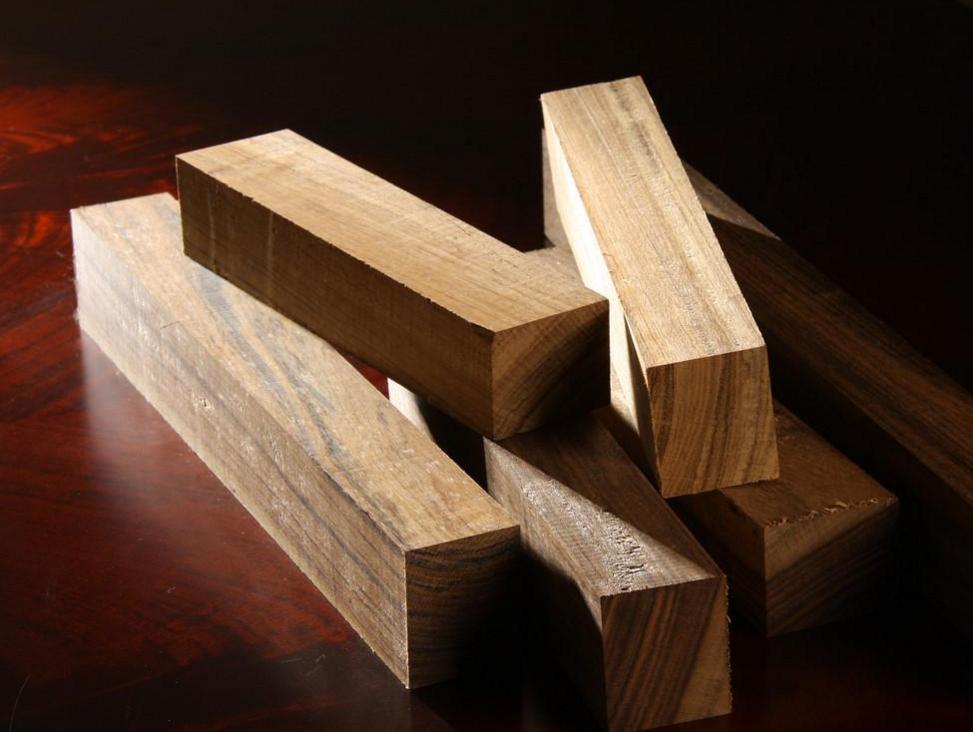 7、防火板   防火板是采用硅质材料或钙质材料为主要原料,与一定比例的纤维材料、轻质骨料、黏合剂和化学添加剂混合,经蒸压技术制成的装饰板材。   8、三聚氰胺板   三聚氰胺板,全称是三聚氰胺浸渍胶膜纸饰面人造板。是将带有不同颜色或纹理的纸放入三聚氰胺树脂胶粘剂中浸泡,然后干燥到一定固化程度,将其铺装在刨花板、中密度纤维板或硬质纤维板表面,经热压而成的装饰板。