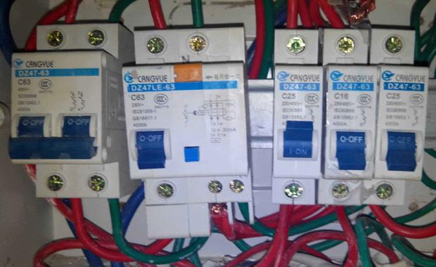 相关开关推荐:   1.最好找个内行的人把漏电开关也检查一下,如果有故障一定要换新的,这是住宅用电最重要的保护,千万大意不得.   2.如果经检查漏电开关没有问题,而它又总是跳闸,那就说明你家的电路或电器中有接地点,而和用电量无关.   3.如果一开灯便跳闸,我个人分析,如果不是漏电开关的问题,则很有可能是你家电路中的零线因破损或其他原因造成有接地点.