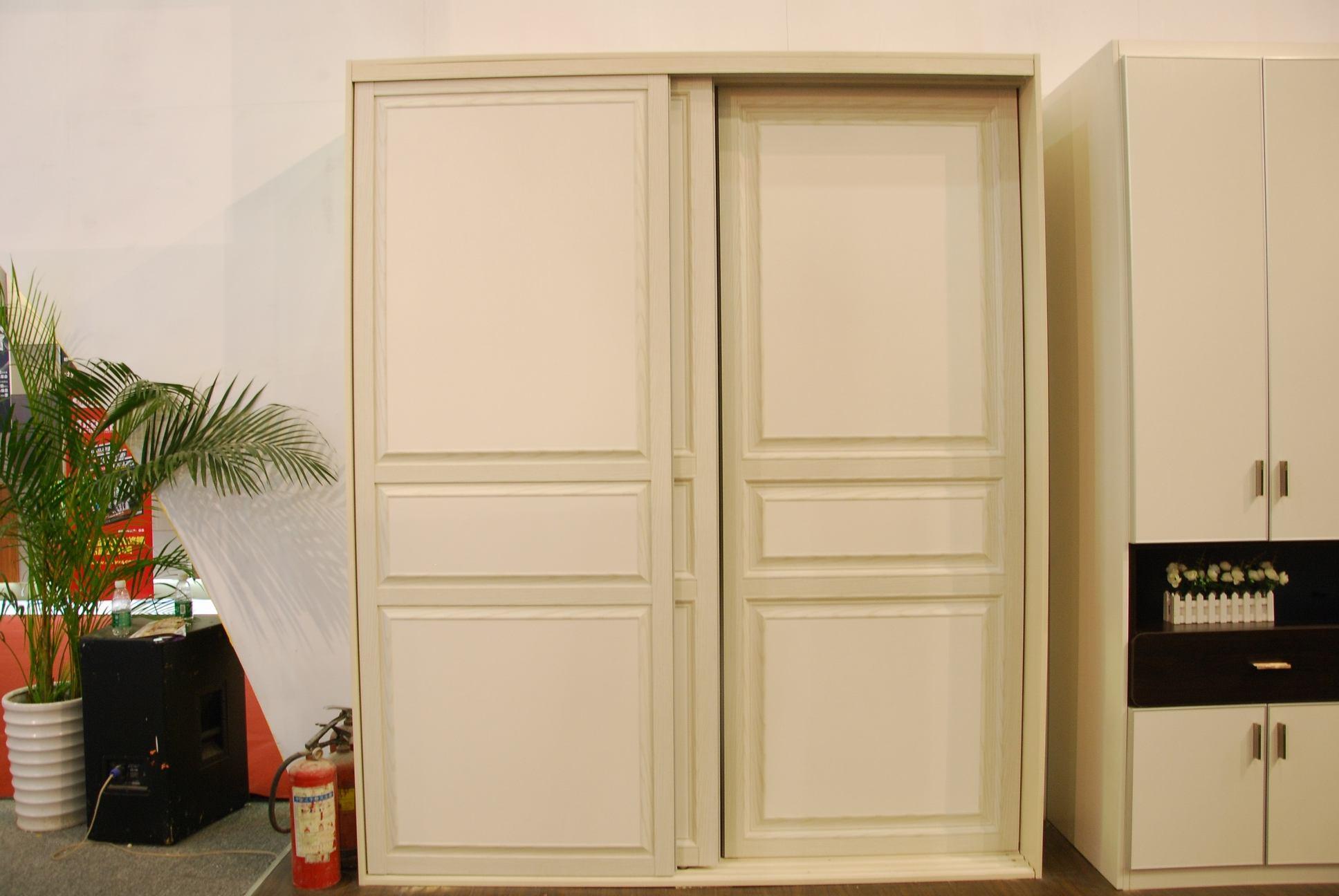 实木型,使用实木制作衣柜门板,风格多为古典型,通常价位较高。其门框为实木,以樱桃木色、胡桃木色、橡木色为主。门芯为中密度板贴实木皮,制作中一般在实木表面做凹凸造型,外喷漆,从而保持了原木色且造型优美。这样可以保证实木的特殊视觉效果,边框与芯板组合又可以保证门板强度。   吸塑型,吸塑板基材为密度板、表面经真空吸塑而成或采用一次无缝PVC膜压成型工艺。吸塑型门板色彩丰富,木纹逼真,单色色度纯艳,不开裂不变形,耐划、耐热、耐污、防褪色,是最成熟的衣柜材料,而且日常维护简单。   模压型,它以密度板为基材