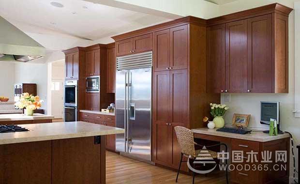 樱桃木天然的纹路,清晰可见,它的保温性能和上色效果加好,可用于家具