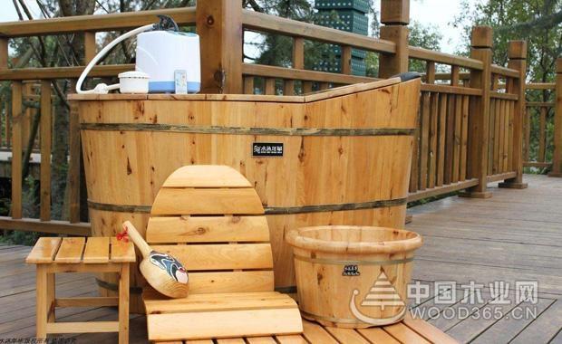 实木浴桶的介绍   目前,实木浴桶主要有云杉、香柏木、橡木3种材质。首先我们看看云杉的材质:这种材质是木浴桶所有材质中价格相对比较低的一种,因此云衫木浴桶整体的价格也就比较低廉。但是其木质较为松散,相对而言容易开裂和变形,并且由于它含脂量不够,所以要定期刷油。这也是云杉木浴桶的一个主要缺点。那么香柏木的木浴桶怎么样呢?香柏木是一种比较珍稀名贵的木材。这种木材因为生长周期长,因此木质坚硬、密度高,纹理也细腻漂亮,可以长久使用。这相对于云杉木较好。最后我们再来了解一下橡木的木浴桶,橡木桶在众多材质中属于