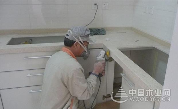 一、橱柜底座   橱柜的底部需安装调整底座,调整橱柜的高低水平更容易。 二、安装调整橱柜底座   在橱柜底部安装调整脚。 三、测量管线尺寸后开洞   不只考察水管管线的宽度和长度,若是管线安排在墙面,还需确认管线的进出深度,才能让柜体确实靠墙。   1、测量管线尺寸   确实测量冷热给水管、排水管、瓦斯管线的宽度和长度。冷热给水管多半从壁面出水,因此还需确认管线的深度。并在桶身背板标记尺寸。   2、在橱柜的背板或底板开洞   在橱柜的背板或底板依照尺寸切割,留出管线开孔。 四、固定橱柜   安装底柜时
