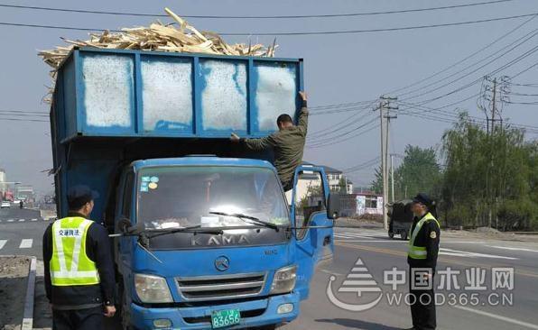 沭阳公路站重拳整治辖区内木材车抛洒行为