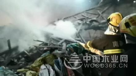 南昌进贤一新葡萄京娱乐场手机版厂突发火灾 疑似因人乱扔烟头引发