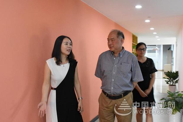 中国林产工业协会秘书长石峰莅临中国木业网参观指导