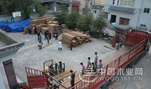 云南龙陵县查获无证运输木材78.63立方米