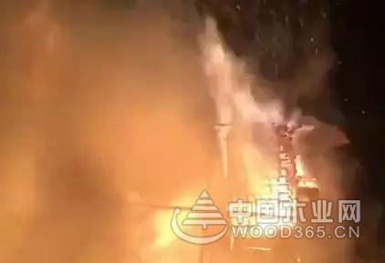 湖南佘田桥木材市场突发大火,现场火光冲天!