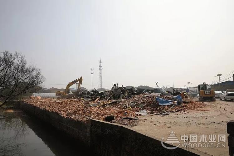 江蘇七都鎮對木制品企業違章建筑進行拆除