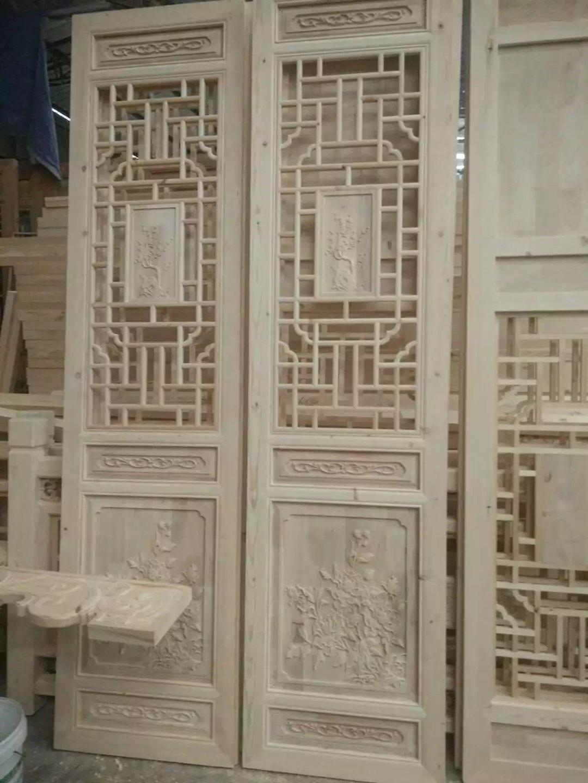 花 窗   门窗中国建筑装饰文化史上也在蕴含着博大精深的文化意味。在古人眼里,门窗有如天人之际的一道帷幕。中国古代尤其是明清时期的花窗花板,集富贵之相,儒雅之风于一身,既具有丰富的文化内涵,又雕工精美,给人以很高的视觉享受,还有一定的收藏价值和高度的装饰实用性。   从中国建筑史的角度看,建筑艺术发展的核心就是木构件的比例、曲率、组合方式等艺术的演变。结构艺术的成熟,使中国古代工匠空间表现力地完成了门窗的结构和组合方式。中国古代门窗的文化内涵是由门窗纹饰与图案表现的,门窗的装饰也体现了房屋主人(官员、商人