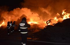 木材厂突发大火 哈密市消防奋力扑救5小时