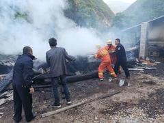 陕西茅坪镇一木材加工点发生火灾