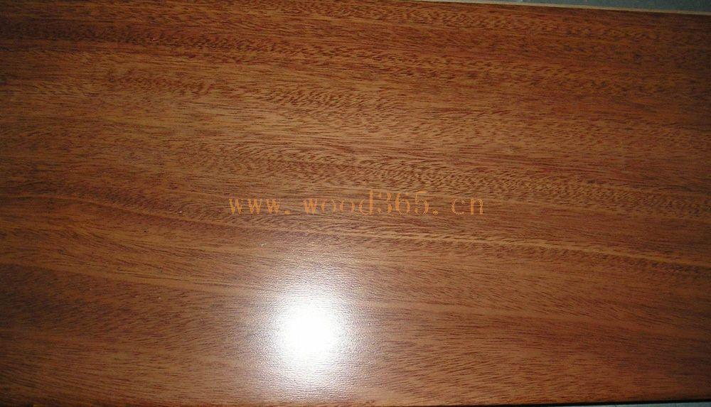 徐州腾茂木业有限公司主要生产实木复合地板,采用德国先进生产工艺处理,不易出现干缩、湿涨、开裂、翘曲、变形。四面企口,六面浸漆,防虫、防潮。表面采用德国皇冠牌高档UV漆磨光淋面,紫外光固化,形成漆面硬质膜,阻燃、防火、耐磨。色调自然多样,无毒无污染,铺装后足感强,便于维护,实属绿色环保产品,家装之精品。产品畅销欧美、中东、东南亚等国家和地区。橡木高贵、色调自然、朴实耐用。 特点:迷幻般的原木图纹,前卫高雅的原木色调,更让它的艺术气质表露无遗,变幻无穷的自然姿态,演绎漫天云彩,不经意表露自然诗意,令人神往陶醉