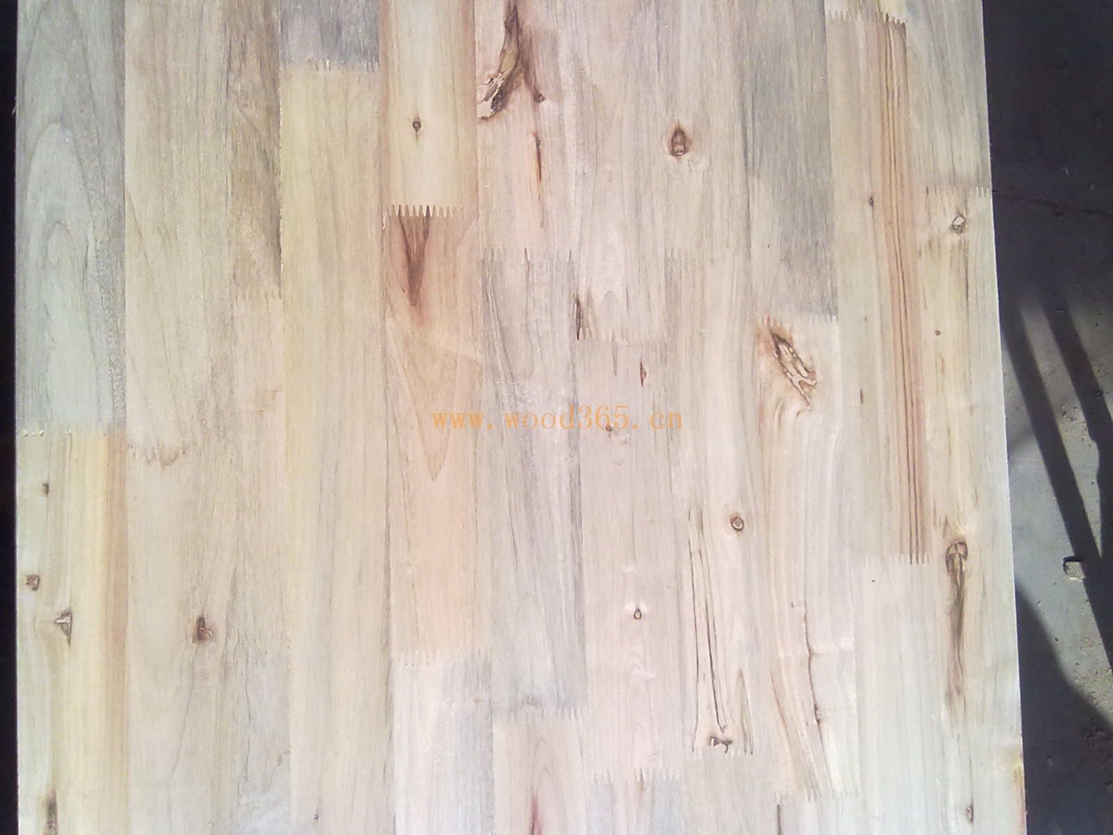 香樟木木质细密,有天然的美丽的纹理和花纹.
