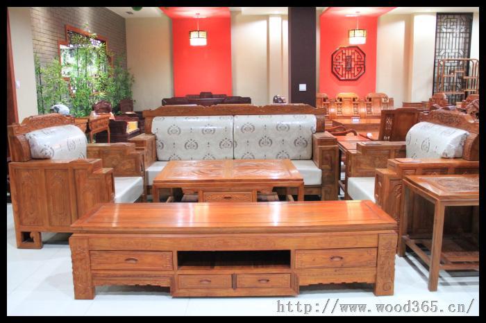 红木家具油髹用料须是绿色环保透明漆,才能不遮盖住红木清晰动人的
