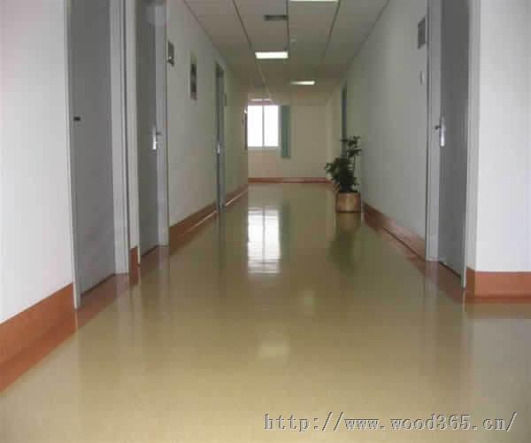 风靡国外,塑胶地板从使用非常广泛,比如室内家庭,医院,学校,办公楼